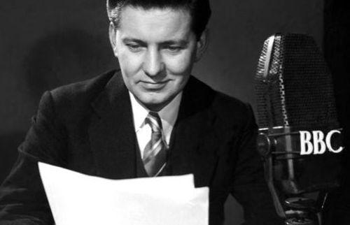 Como se estivesse no rádio (e não, ele estava ao vivo na tela!), o apresentador Richard Baker lê not�cias em 1954