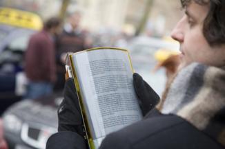 Francês lê no Metrô no papel eletrônico