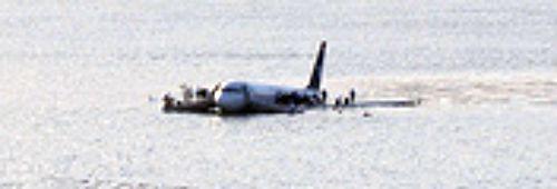 A aeronave pousada no Hudson, antes da chegada de balsas que ajudaram no resgate _de onde jornalista cidadão fez a segunda foto do incidente em Nova York