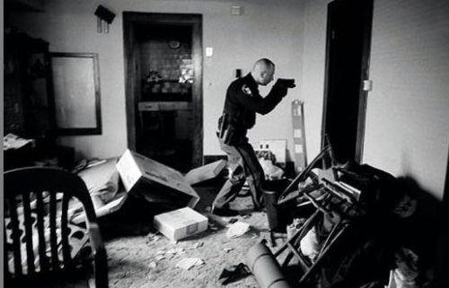 Na foto vencedora, de Anthony Suau, um policial checa, após despejo nos EUA, se os moradores efetivamente deixaram a residência