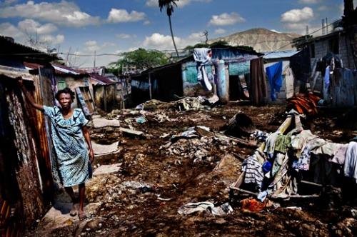 A miséria no Haiti parece mais glamourosa depois do banho de loja que a imagem...