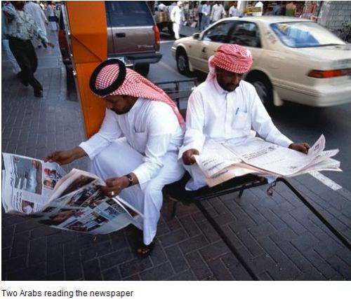 Em Dubai, moradores da cidade leem jornais na rua (Foto: PakistanHousing/Flickr)