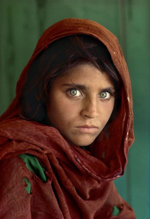 Capa memorável da revista National Geographic em 1985. A foto, de autoria Steve McCurry, foi feita com um Kodachrome