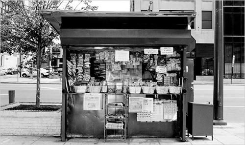 Retrato sombrio: uma banca de jornal nos EUA (Foto: Bruce Gilden/Magnum, for The New York Times)