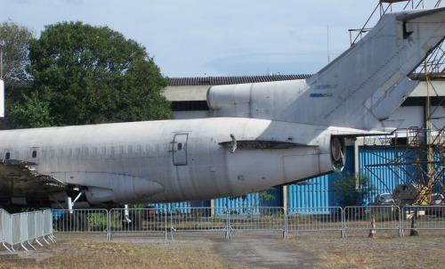 Também sem turbinas, o 727-100 que jaz no hangar da Vasp em São Paulo